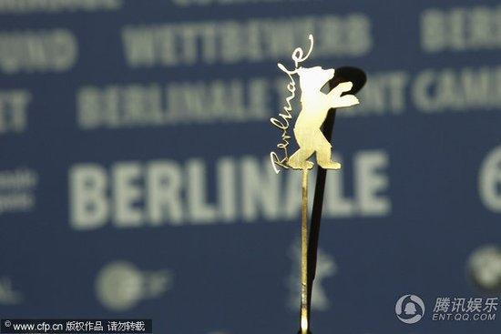 柏林电影节评审团成员出席发布会 金熊奖杯亮相