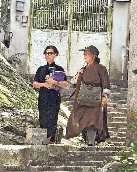 翁静晶憔悴双眼哭肿 丈夫刘家良去世后首次曝光