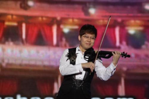 """疯狂小提琴张少博""""掀翻""""青岛万人世界音乐节"""