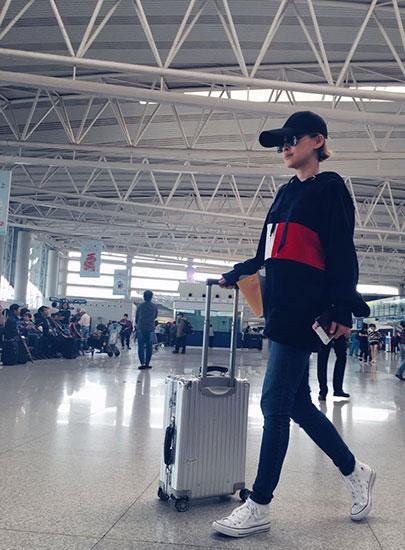 """梅婷机场照被赞""""瘦满分"""" 游乌镇聊话剧心情好"""