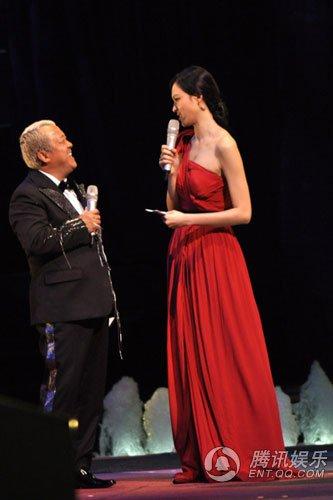 李艾担任电影节主持人 与曾志伟同台不敢穿高鞋