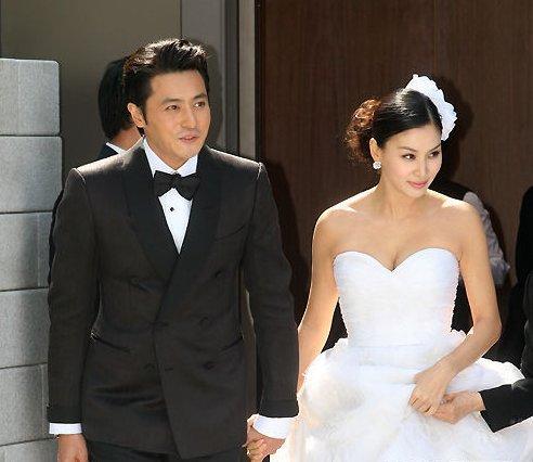 张东健牵高小英亮相婚前记者会 当众亲吻(图)
