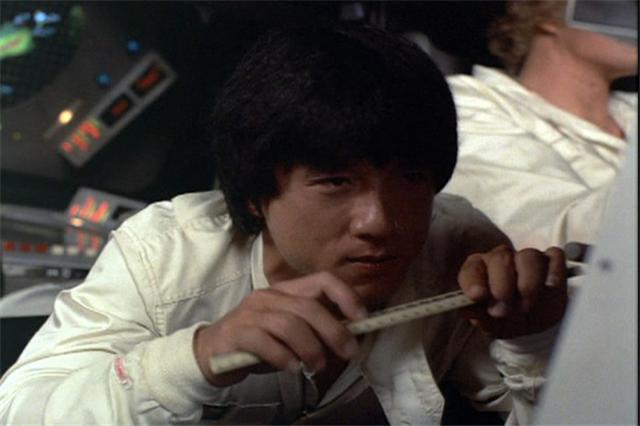 成龙在《炮弹飞车》中演一位日本车手,却全程说粤语