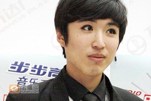 快男沈阳唱区漫画型男通关秘笈 戴美瞳睁大眼