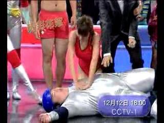 视频:《墙来啦》花絮 胖男装晕骗美女人工呼吸
