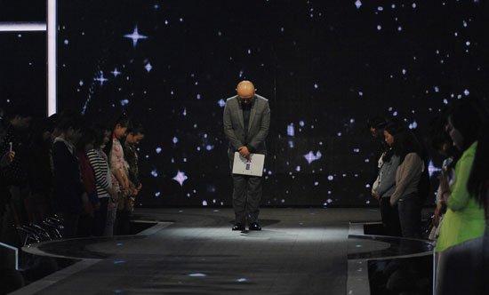 孟非为雅安地震灾区祈福 领《非诚》观众默哀