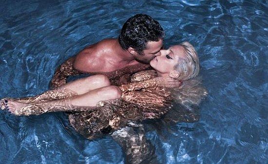 Lady Gaga自爆浪漫照 与男友水中裸抱亲吻(图)