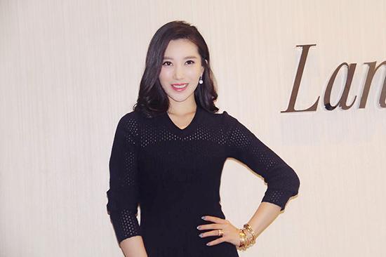殷旭受邀时尚集团跨界活动 优雅俏皮秀长腿