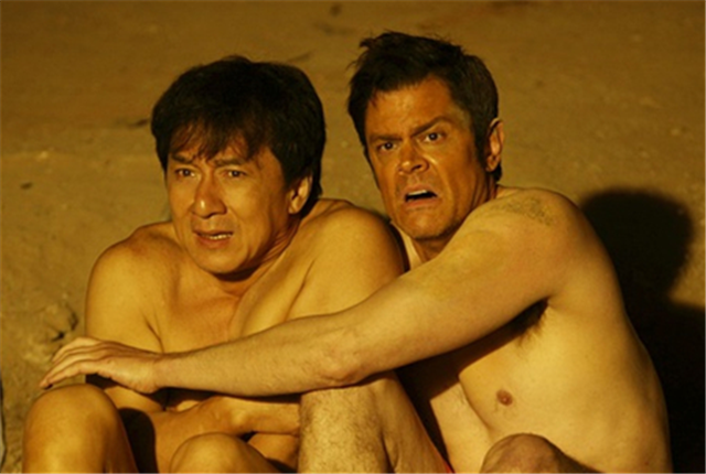他的新作《绝地逃亡》邀请了美国喜剧演员约翰・纳什维尔搭档主演,影片全程以英文对白