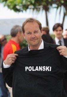 《人与神》导演穿T恤抗议 力挺波兰斯基无罪