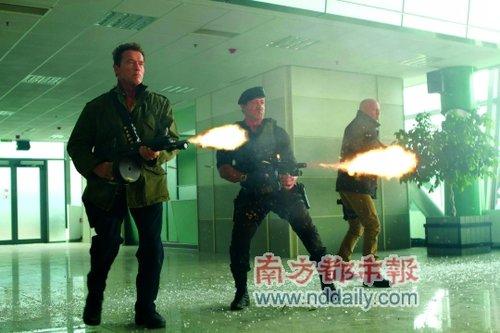 《敢死队2》北美登顶 《消失的子弹》内地称霸