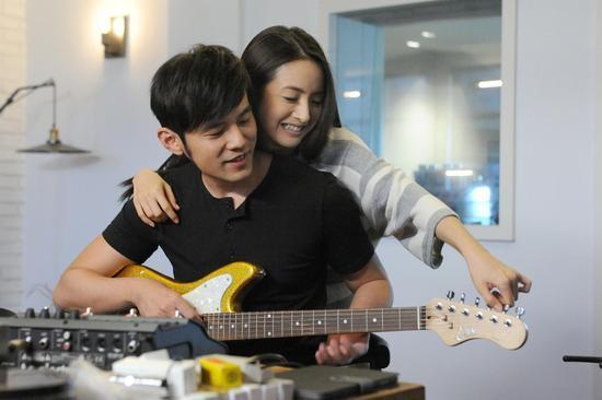 周杰伦新歌MV与林依晨扮情侣 人妻甜蜜献吻
