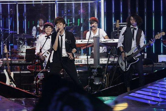 《声动》五月天挺师弟 阿信出演八三夭MV男一号