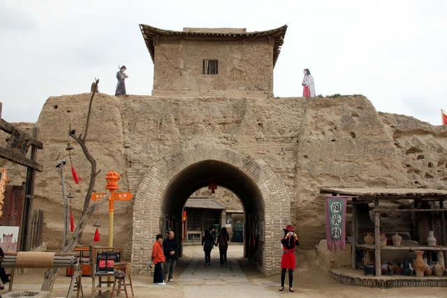 走进镇北堡西北影视城就会看到至尊宝与紫霞仙子在城墙上对峙的画面