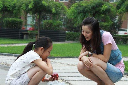 黄小蕾公益做片场为表演女生圆留守梦发育女孩的胸刚图片