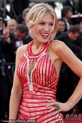 组图:戛纳红毯 名模Hofit Golan红裙身材高挑