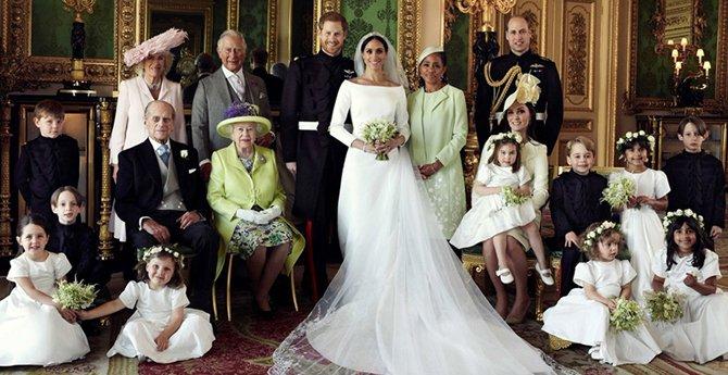 """英皇室公布女王和哈里王子夫妇""""全家福""""肖像照"""