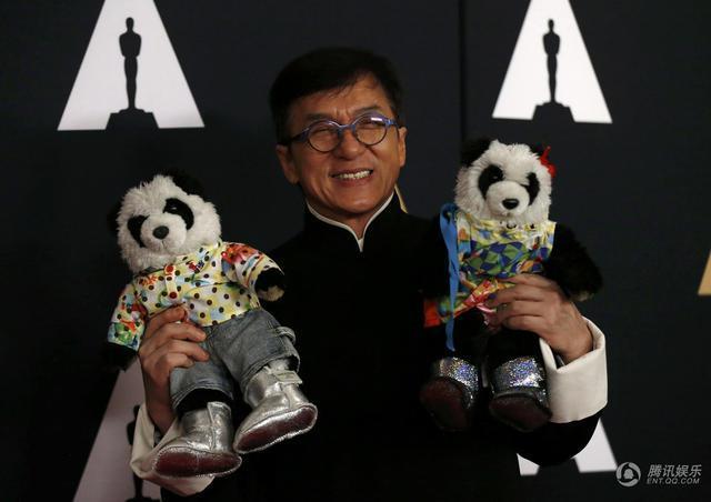 成龙穿唐装领小金人:作为中国人非常骄傲!