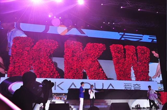 【160808】王凯粉丝见面会 五千朵红玫瑰拼出KKW