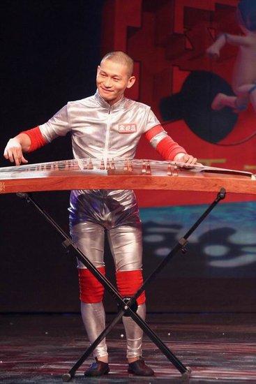 余皑磊参加《正大综艺墙来啦》 现场奏响古筝