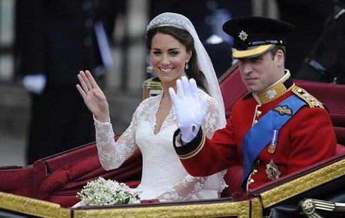 威廉凯特敞篷马车回白金汉宫 有惊无险天公作美