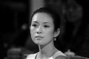 章子怡抱婴儿姿势专业 拒绝回应做慈善压力问题
