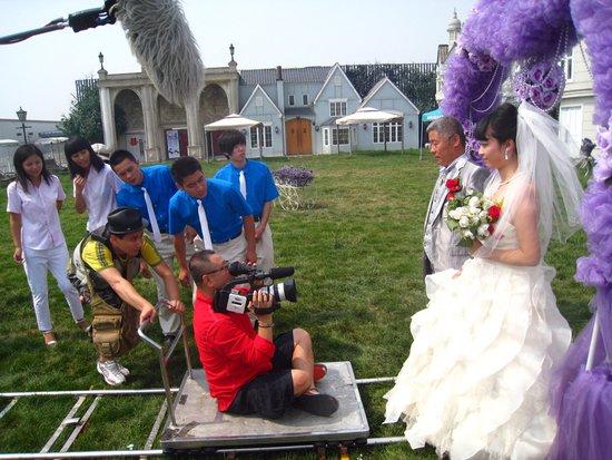 先结婚后恋爱 拍摄新套路 范伟 坐轨 拍摄图片