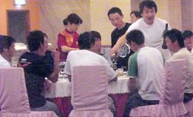成龙在横店拍戏时,经常请剧组成员吃饭