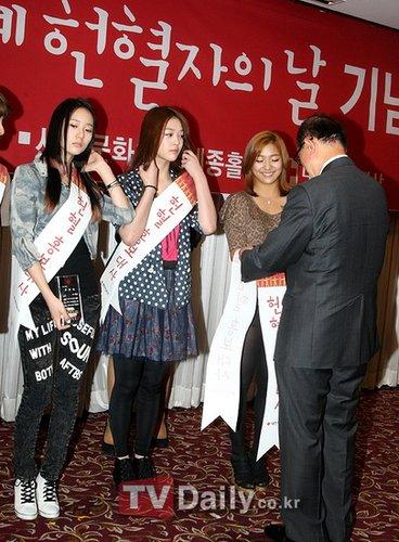 SJ、f(x)任献血宣传大使 出席献血者纪念仪式