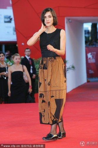 第67届威尼斯闭幕红毯 莎妮·索萨蒙复古味十足