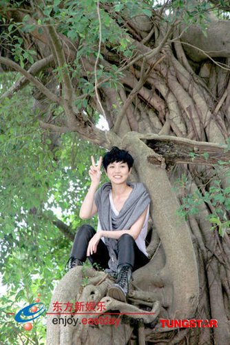 何韵诗将出国语歌《诗与胡说》 高温天爬树拍MV