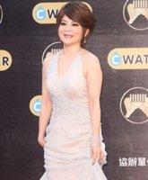 王彩桦低胸长裙亮相