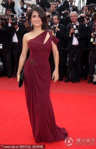 组图:戛纳电影节红毯 萨尔玛和富豪老公甜蜜蜜