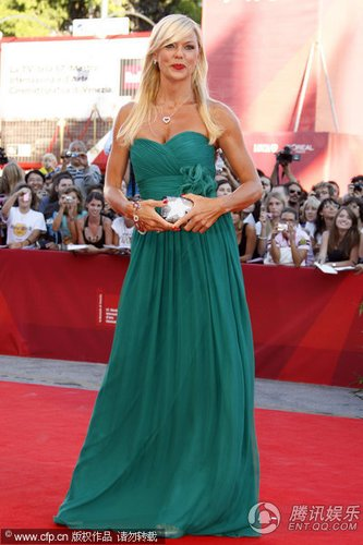 威尼斯电影节 意大利女演员玛蒂尔德绿意盎然