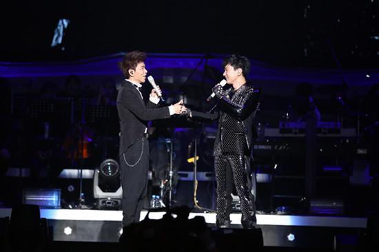 林俊杰南京演唱会获伍思凯助阵 台上邀歌调戏歌迷