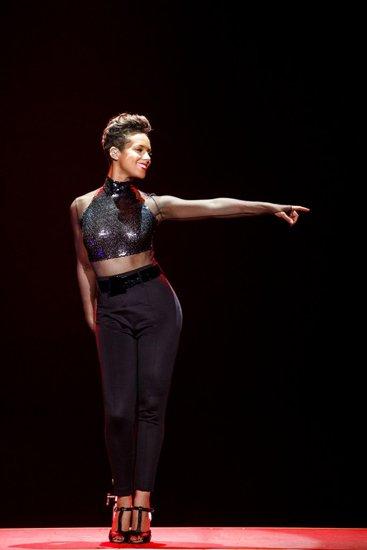 艾丽西亚·凯斯澳门开唱 热舞秀优美身材曲线