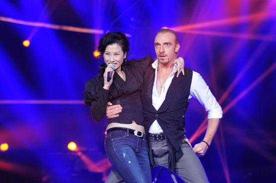 52岁叶倩文《歌声传奇》热舞图片