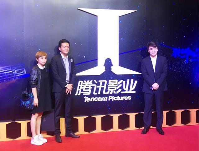演员小爱亮相发布会 黑色西装尽显绅士魅力