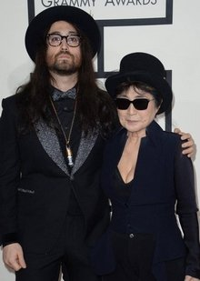 约翰・列侬儿子与母亲小野洋子现身