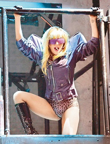 Lady GaGa粉丝扯网 出位着装现身芝加哥音乐节