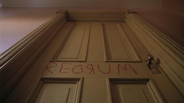 《闪灵》:站在血腥厕所里的一只鬼怪