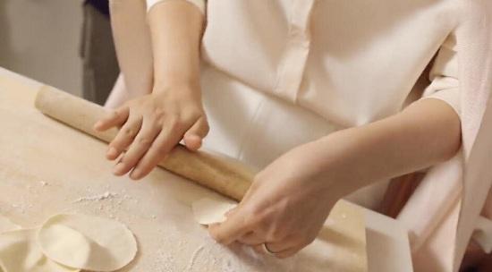 海清跟黄磊学包冬至饺子 学习新技能轻松get!