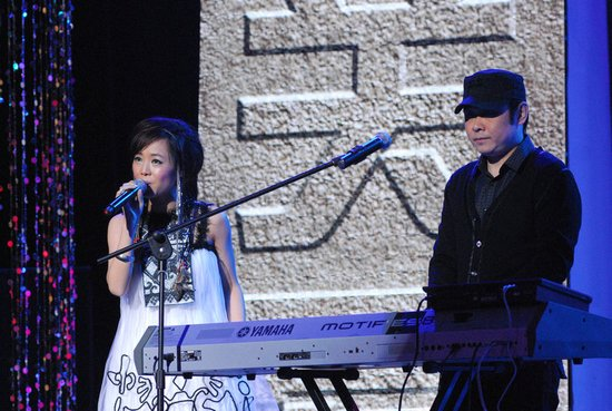 刀郎携徒亮相央视一套 献唱经典《爱是你我》