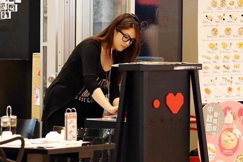 郭富城绯闻女友街头店打工 TVB要苟芸慧还百万