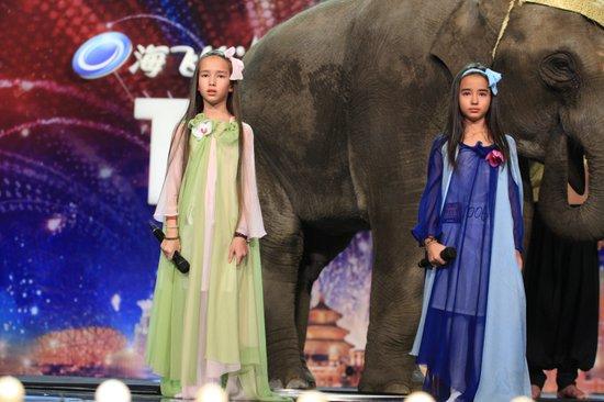 小象成《达人秀》重量级伴舞 生态学家妻女续梦