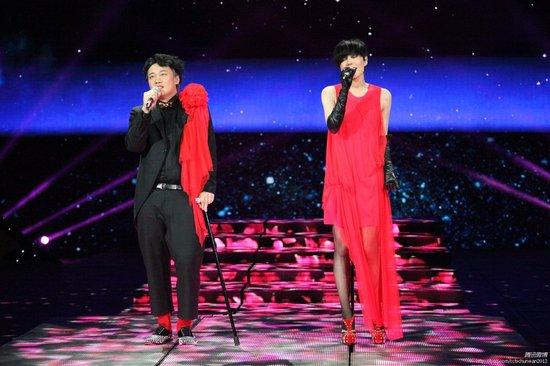 新京报:王菲跑调仍受欢迎 舞美突破视觉感强烈