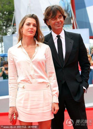 摩纳哥公主出席《马太的爱情》首映式秀长腿