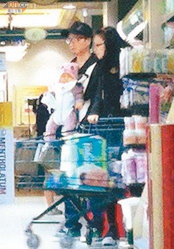郑中基一家三口超市采购 扬言将再追生孩子