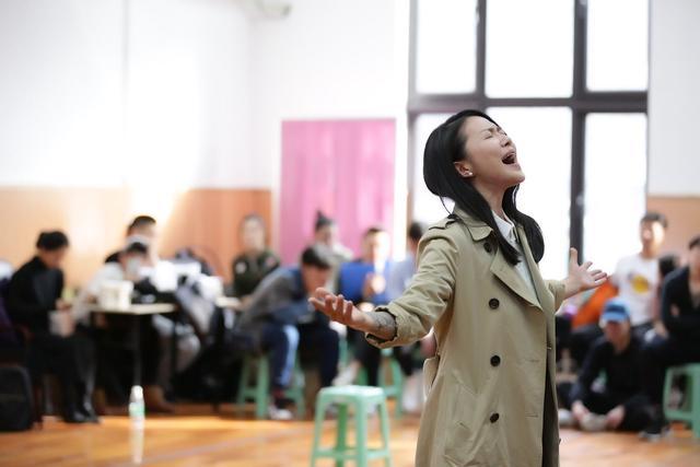 谭维维回归音乐剧舞台表演催泪 与田沁鑫组CP