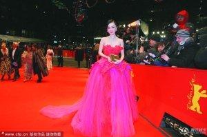 中国女星柏林斗秀 张雨绮古董蓝花瓶赢得没惊喜